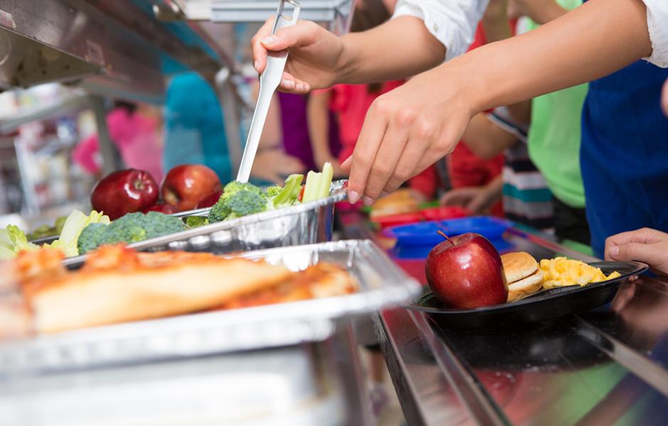 Os familiares convivintes co alumnado tamén poden colaborar no comedor escolar, que precisa voluntarios